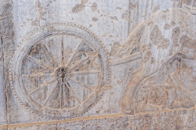 Персеполис. Единственное изображение женщины во всем Персеполисе. В ступице колеса.