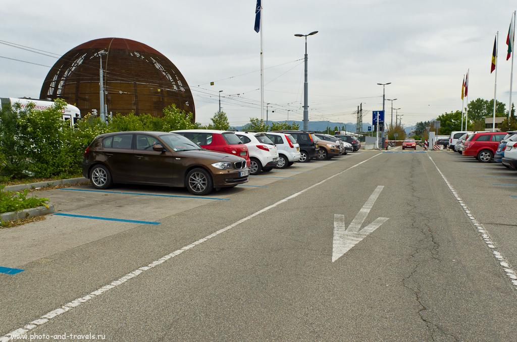 Фото 1. Поездка в Швейцарию. Экскурсии в Женеве. В 60-ти метрах слева от этого пепелаца, замаскированного под глобус, находится андронный коллайдер. Снято на зеркалку Nikon D5100 с объективом Nikon 17-55mm f/2.8 через ветровое стекло автомобиля.