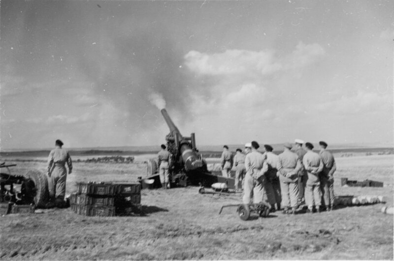 M115 8-inch howitzer 5; near full recoil after firing. [P1-380-1840]  http://uhcl.recollect.co.nz/nodes/view/1037#idx940