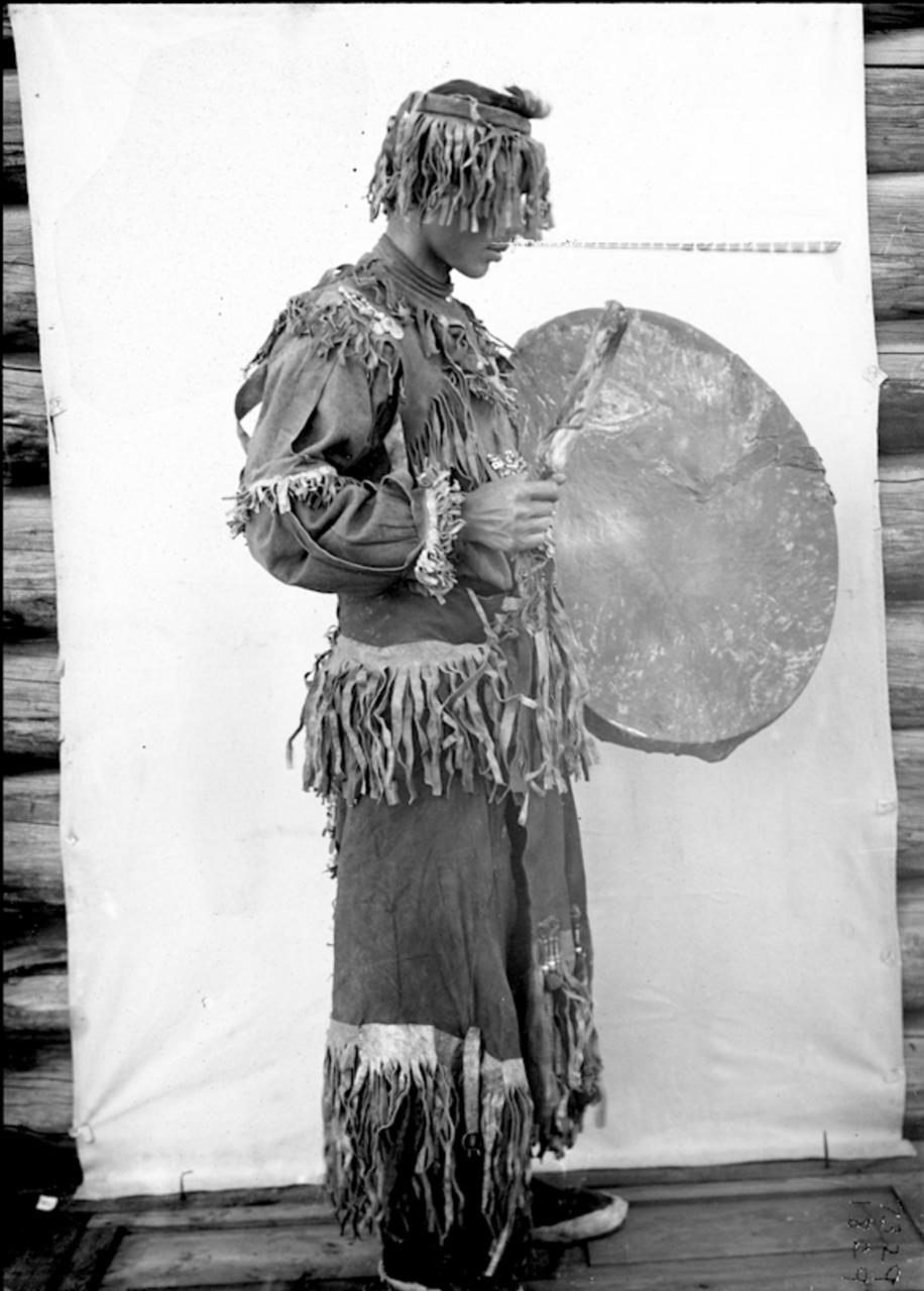 Якутский шаман в церемониальной одежде  1902