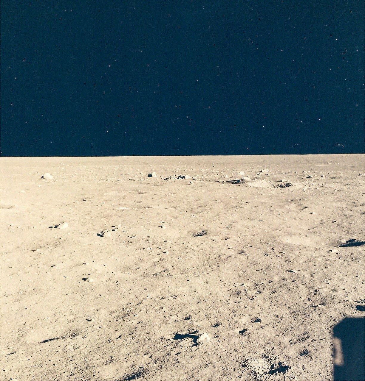 1969, 20 июля.После прилунения Армстронг передал Земле: «Хьюстон, говорит База Спокойствия. «Орёл» сел».  На снимке: Лунная поверхность вблизи точки прилунения, вид из Лунного Модуля