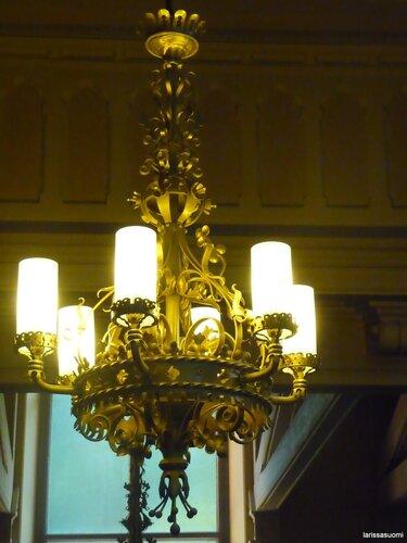 Один из светильников около входных дверей.