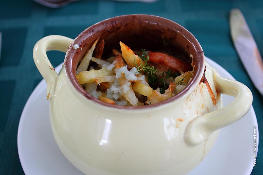 Азу (говядина тушеная с луком, помидорами, солеными огурцами и картофелем)