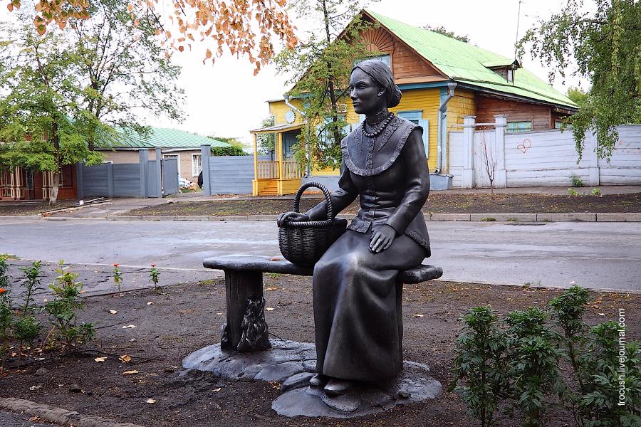 Скульптура женщины пришедшей за продуктами