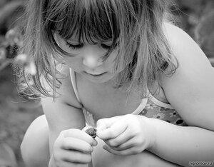 Девочка с ягодой (монохром, ребенок)