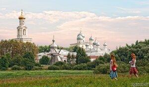 Юрьев монастырь и две девы (Великий Новгород, лето, пара, рыжая, человек, Юрьев монастырь)