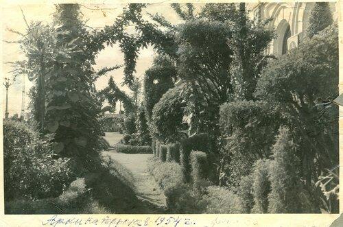 Декоративное озеленение перрона на ст. Петропавловск, 1954.jpg