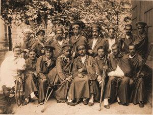 Группа раненых офицеров во дворе лазарета.
