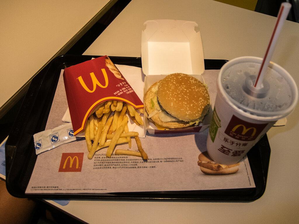 другой из чего еда в макдональдсе фото рука