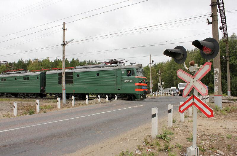 ВЛ10-781 у переезда в Лопатино, едет на Орехово