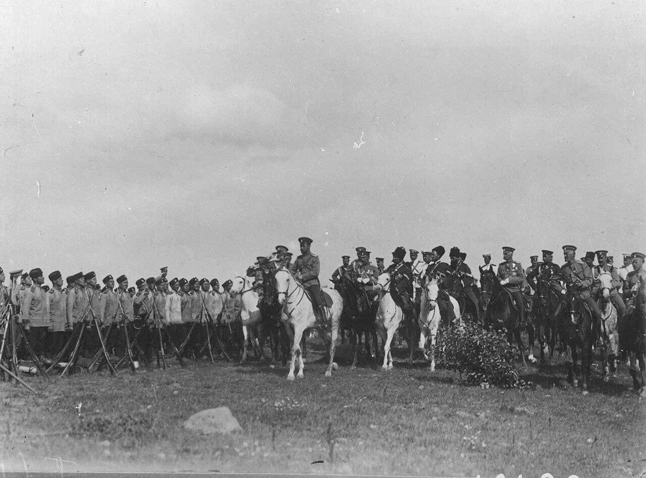 01. Император Николай II со свитой в лагере гвардейской пехотной части