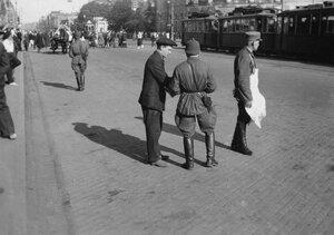 43. Ленинград. Милиционер или военный на проспекте 25 октября