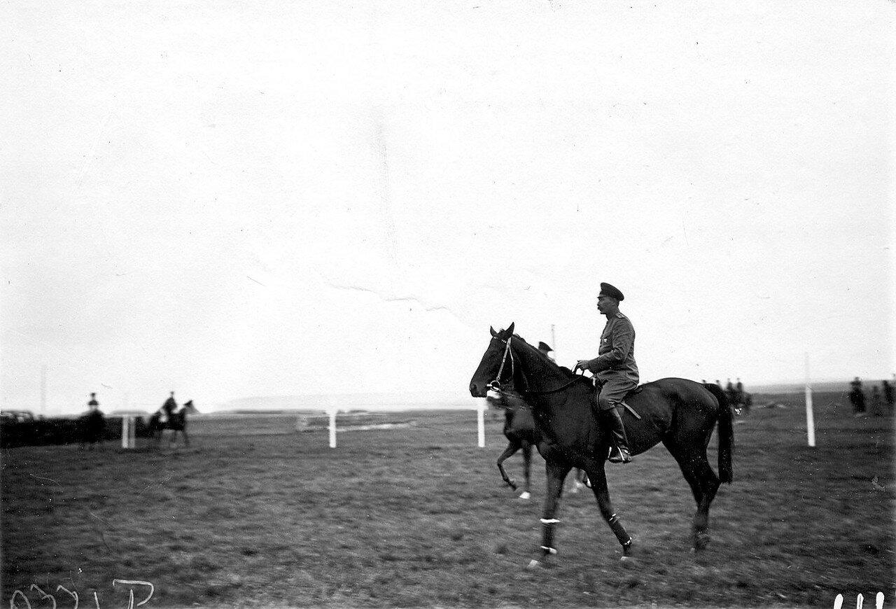 23. Поручик, один из участников скачек, на коне