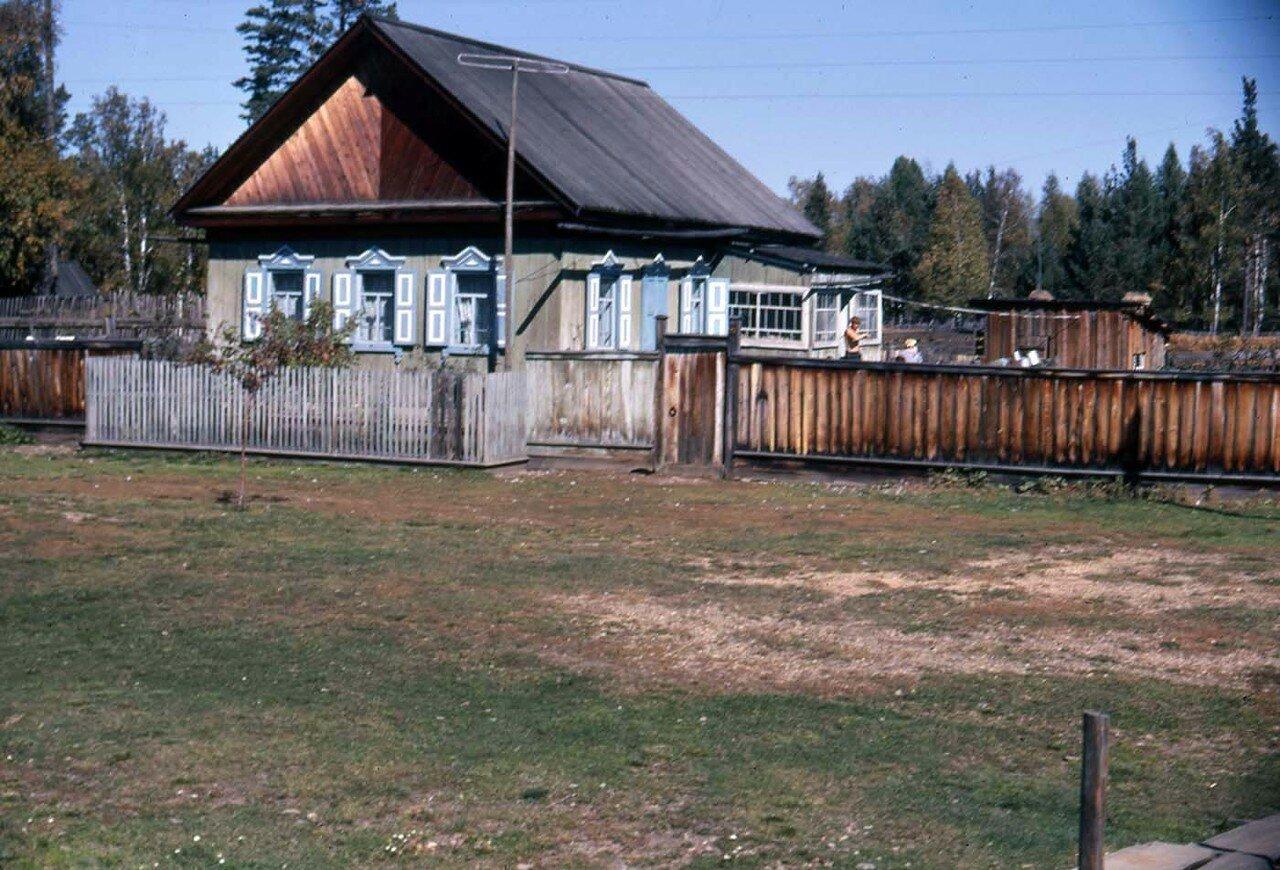 15. Типичный Сибирский дом со ставнями и аккуратным забором