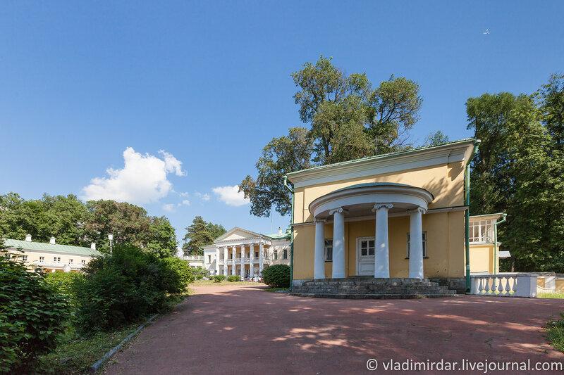 Главное здание усадьбы Горки и южный флигель