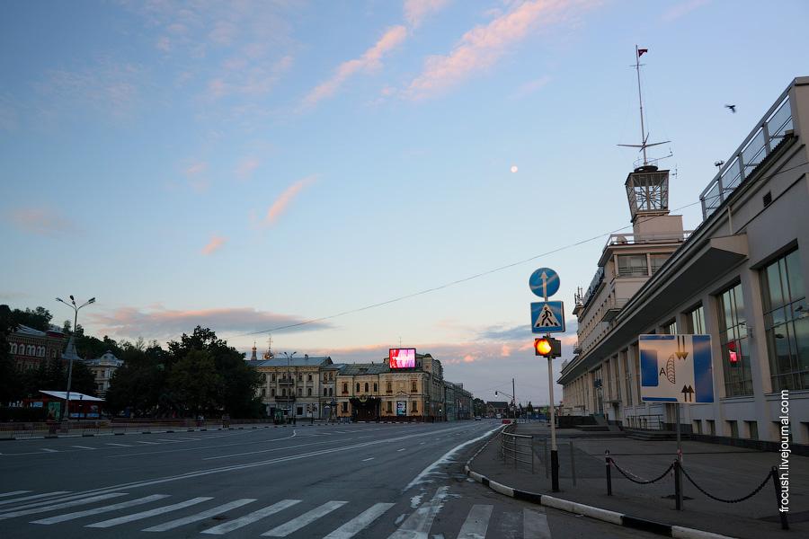 Площадь Маркина перед зданием речного вокзала.