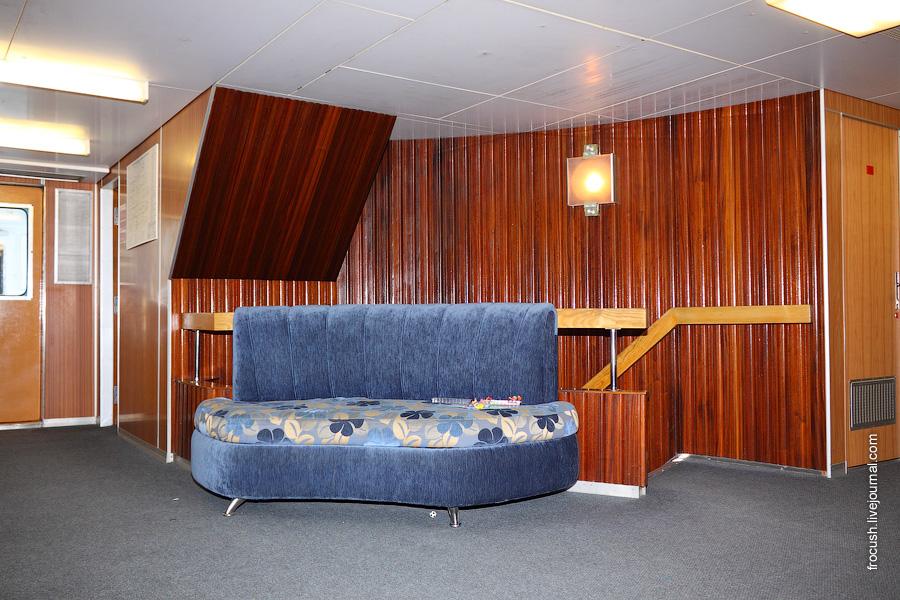 Холл в носовой части шлюпочной палубы теплохода «Михаил Фрунзе»