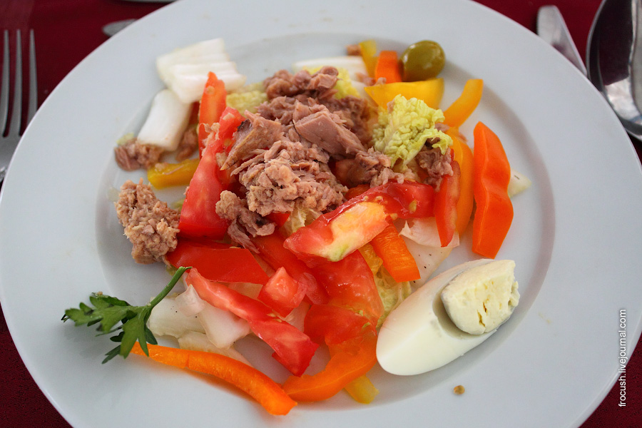 Салат овощной с тунцом