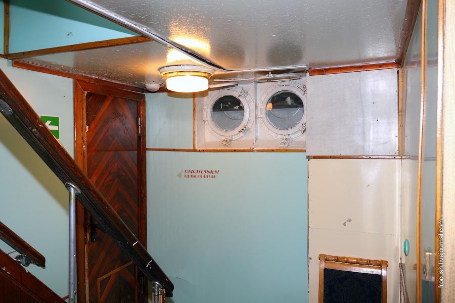 Лестница с нижней на главную палубу в кормовой части дизель-электрохода «Композитор Глазунов»
