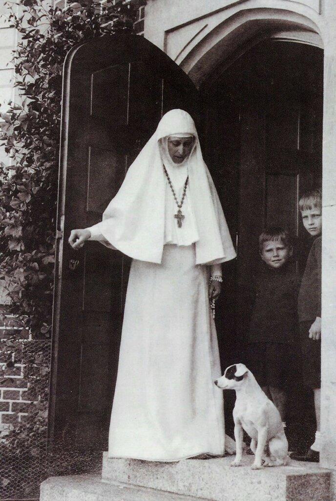 Настоятельница Марфо-Мариинской обители Великая княгиня Елизавета Федоровна с племянниками. 1913 год.
