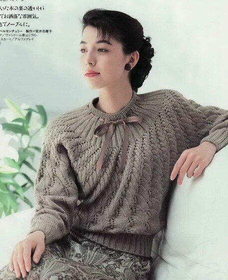 Пуловер связанный от горловины