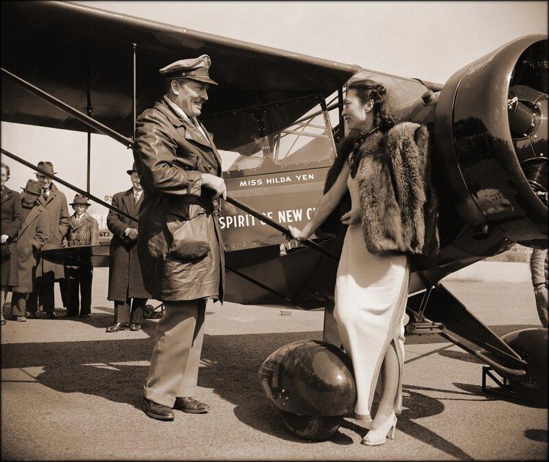 китайская летчица принтмает в дар новый самолет от полковника Роско Тернер, Вашингтон, округ Колумбия 1939
