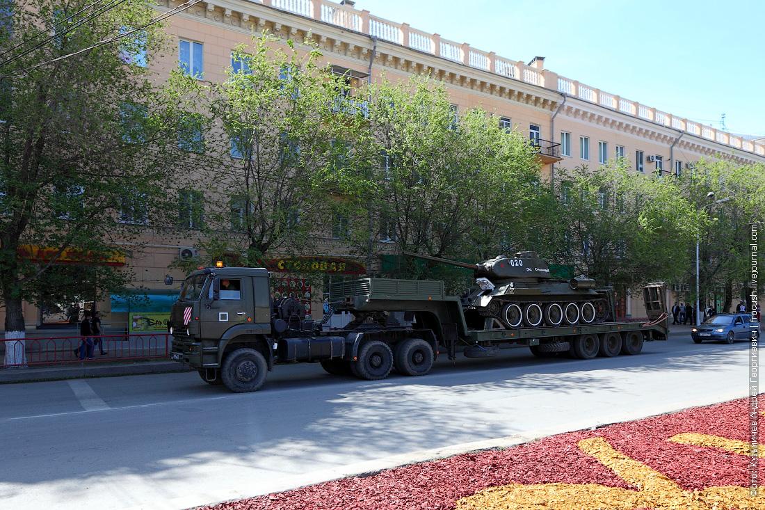 Напротив железнодорожного вокзала Волгограда застали увозимый с парада танк