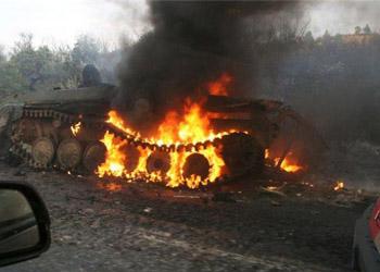 В центре города Мариуполя горит бронетехника украинских силовиков