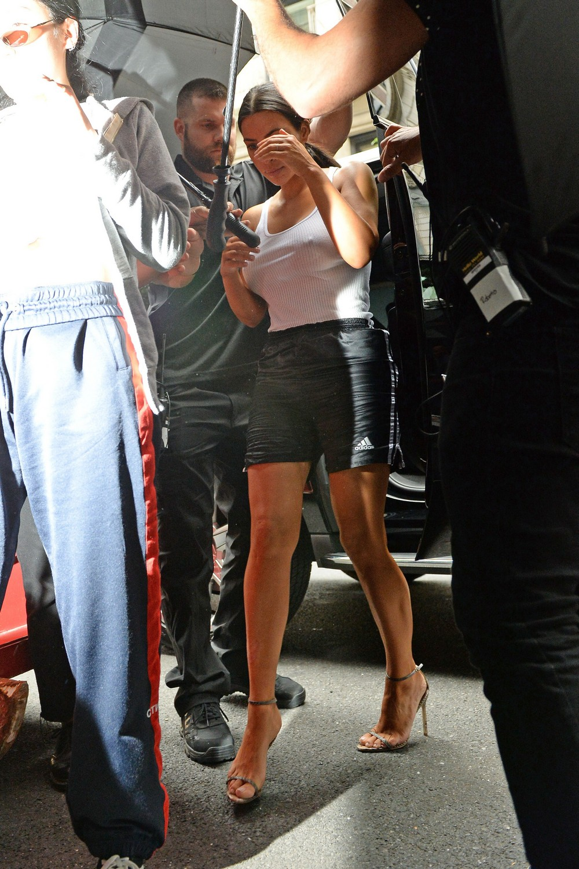 Ким Кардашян в майке без бюстгальтера