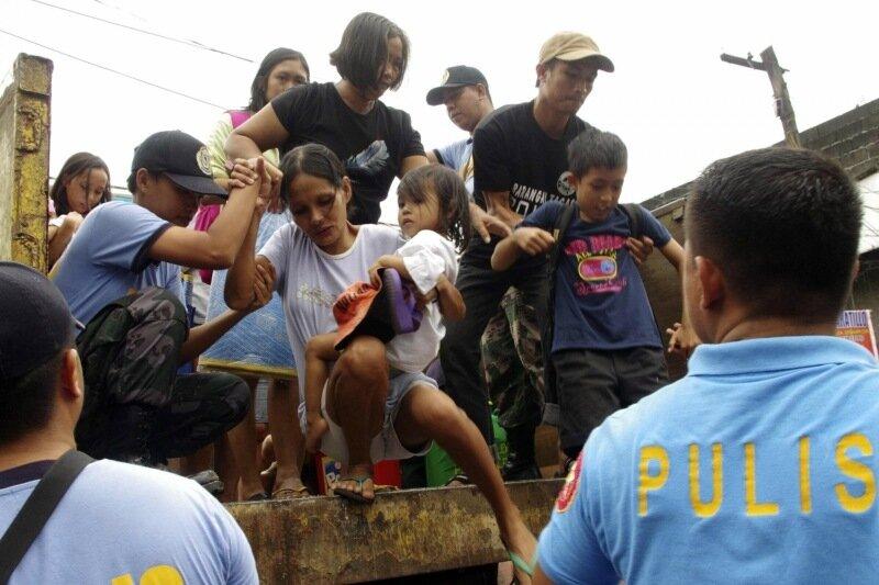 Дети во время тайфуна на Филиппинах   Впечатляющие фотографии