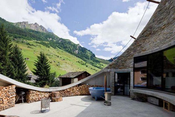 Большая часть дома скрыта под землей, но с верха дома можно любоваться чудесными пейзажами. Резиденц