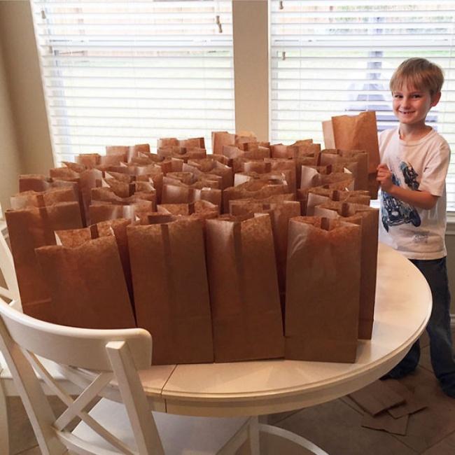 Этот мальчик целый год копил деньги инаконец придумал, как ихпотратить. Навсе накопленные $120он