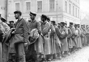 Военнопленные в очереди на регистрацию