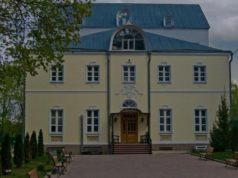 Бывший господский дом в усадьбе Троице-Лыково (сейчас Православная гимназия)