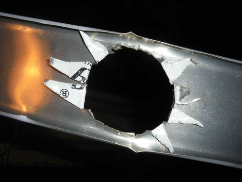 Фото 4. «Отверстие» под точечный светильник. Крупный план (горизонтальная ориентация рейки в кадре).