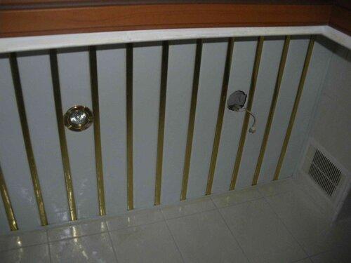 Фото 1. Общий вид подвесного реечного потолка. Демонтирован один из точечных светильников (справа).
