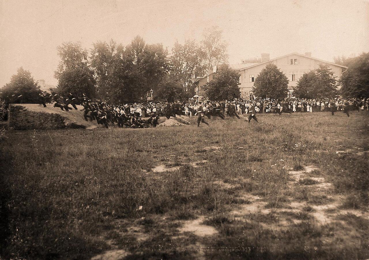 29. Воспитанники Пажеского корпуса во время учений в летнем лагере