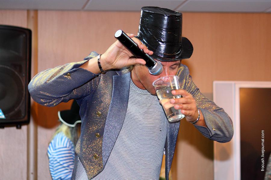 Александр поет в стакан