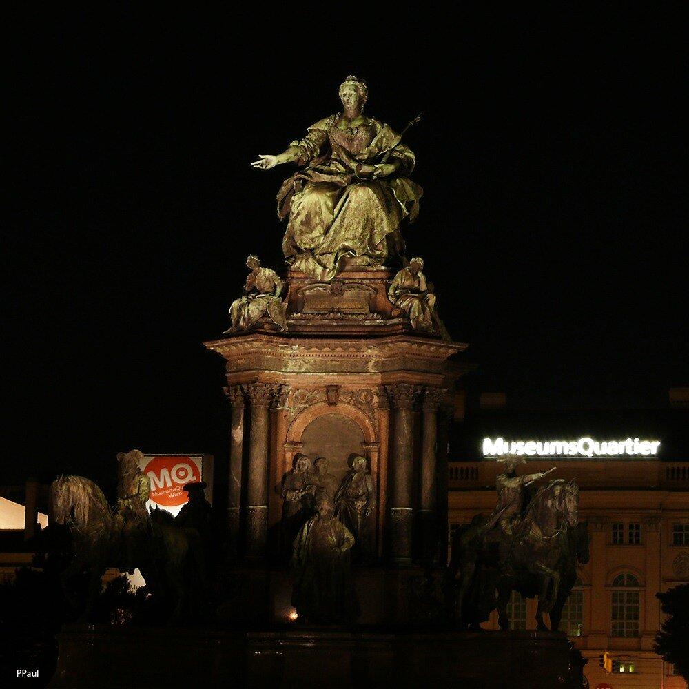 Огни ночной Вены. Памятник императрице Марии-Терезии.