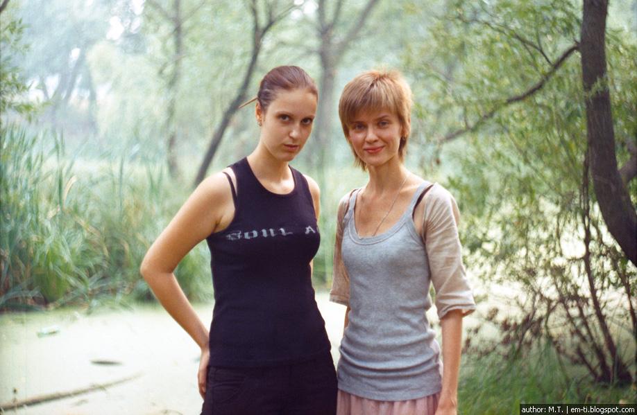 Две девушки в парке.