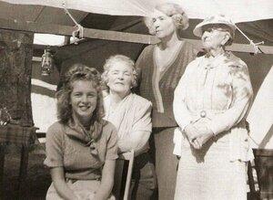 Young Marilyn Monroe on the left - mh6noynii.jpg