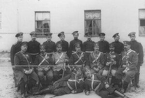 Командир полка, врачи, группа казачьих офицеров и казаков нестроевой команды (писари, фельдшеры) .