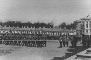 Церемониальный марш  2 батальона   во вреимя парада полка а  присутствии  императора Николая II.