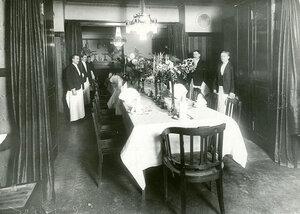 Накрытые столы в общем зале ресторана.