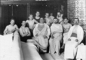Ученики школы плавния в гардеробной около печки; в центре в длинном халате - Л.А.Романченко.