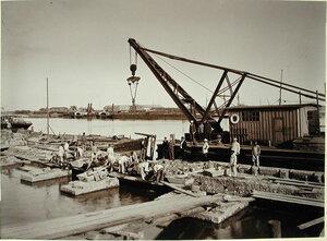 Рабочие на строительстве набережной