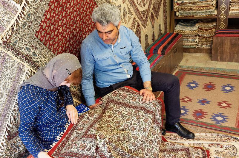 Исфахан. Мастер каламкаров - штампованных вручную скатертей.