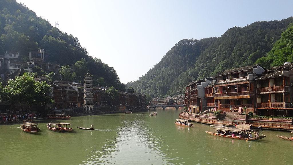 Прогулка на лодках в Фенхуане в Китае