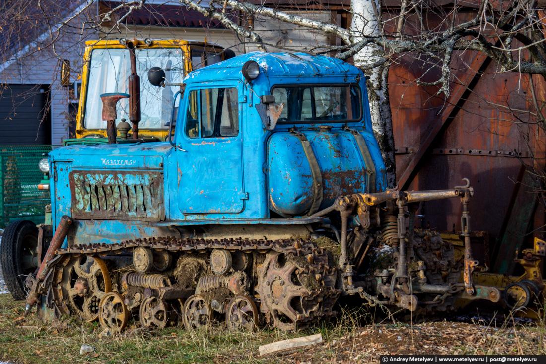 синий трактор в поселке Атиг