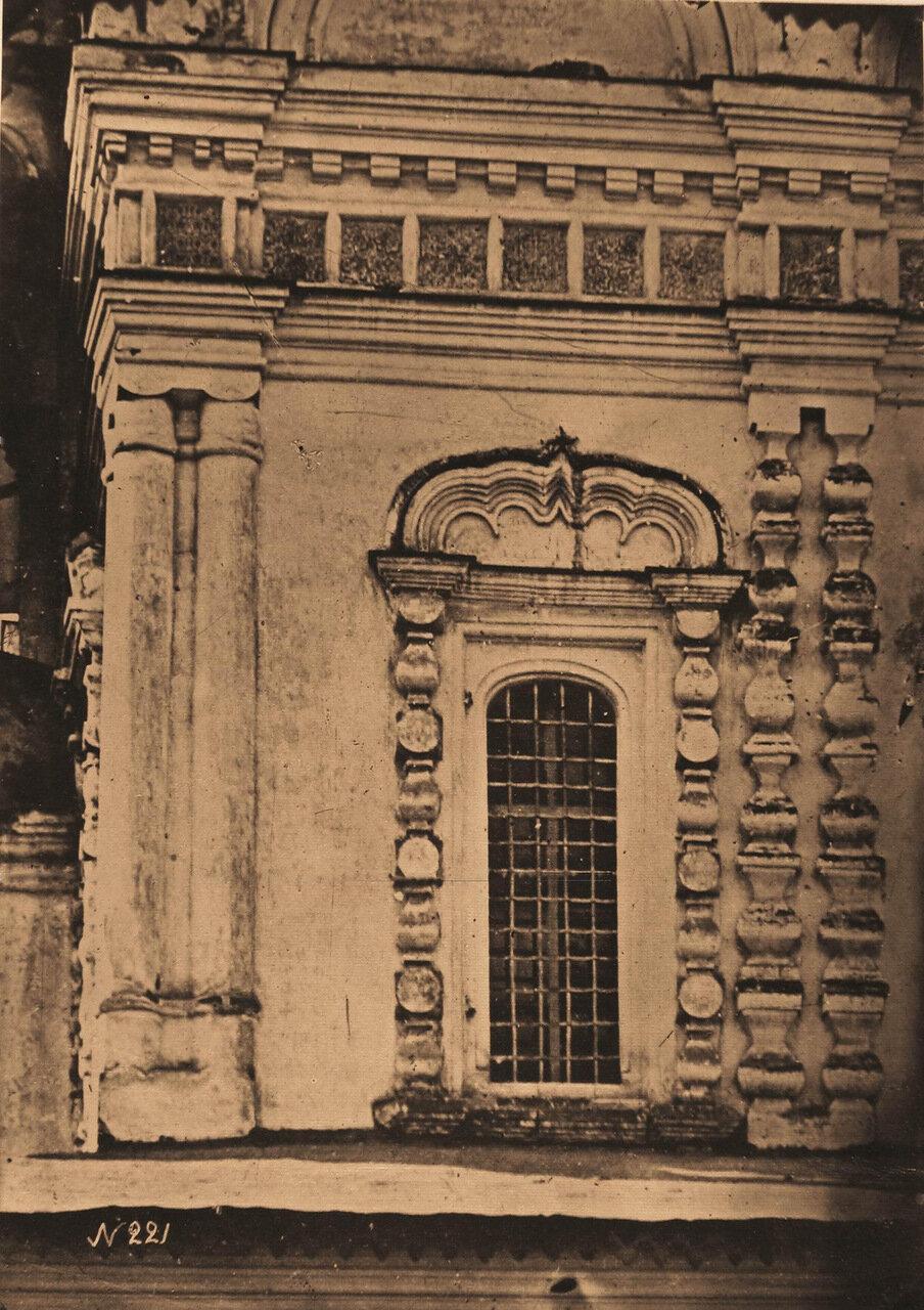 Вид окна церкви Николая Чудотворца в Столпах